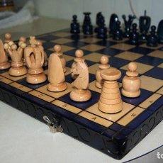 Juegos de mesa: AJEDREZ DE MADERA NUEVO HECHO A MANO DISEÑO MODERNO COLOR AZUL 45X45CM. Lote 166337838