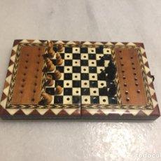 Juegos de mesa: ANTIGUO PEQUEÑO JUEGO DE AJEDRÉZ PLEGABLE CON MARQUETERIA AÑOS 70-80. Lote 168127308