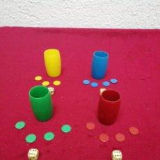 Juegos de mesa: CUBILETES, FICHAS Y DADOS PARCHÍS. ANTIGUOS. FALTA UNA FICHA AMARILLA. COMO SE MUESTRA EN LAS FOTOS.. Lote 169305598
