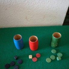 Juegos de mesa: ANTIGUOS CUBILETES Y PIEZAS DE PARCHIS. Lote 171321345