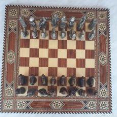 Juegos de mesa: TABLERO DE AJEDREZ TARACEA CON FICHAS METALICAS. Lote 175412868