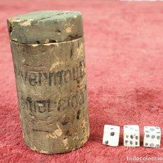 Juegos de mesa: CUBILETE DE DADOS DE TAPÓN DE CORCHO. DADOS DE ESTUCO PINTADOS A MANO. SIGLO XX. . Lote 191035790