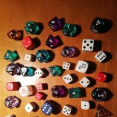 Juegos de mesa: 42 DADOS VARIADOS DE DIFERENTES JUEGOS, FORMAS Y TAMAÑOS. Lote 193297397