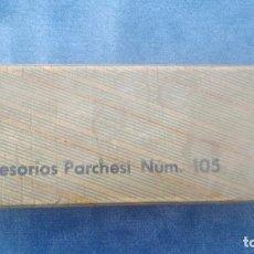Giochi da tavolo: CAJA DE ACCESORIOS DE PARCHIS (PARCHESI Nº105) CUBILETES, DADOS Y FICHAS DE MADERA. Lote 224769633