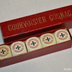 Juegos de mesa: ANTIGUA CAJA CON DADOS DE POKER - PUBLICIDAD COURVOISER COGNAC - AÑOS 60/70 - MUY RARA ¡MIRA!. Lote 194332617