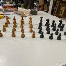 Juegos de mesa: JUEGO DE AJEDREZ DE MADERA TALLADA ANTIGUOS AÑOS 20 MADE IN ESPAÑOL COMPLETO - VER LAS. Lote 194691170