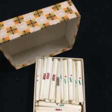 Juegos de mesa: ANTIGUA CAJA CON 119 FICHAS DE CONTAR DEL JUEGO MAHJONG. MARFIL O HUESO.. Lote 195065400