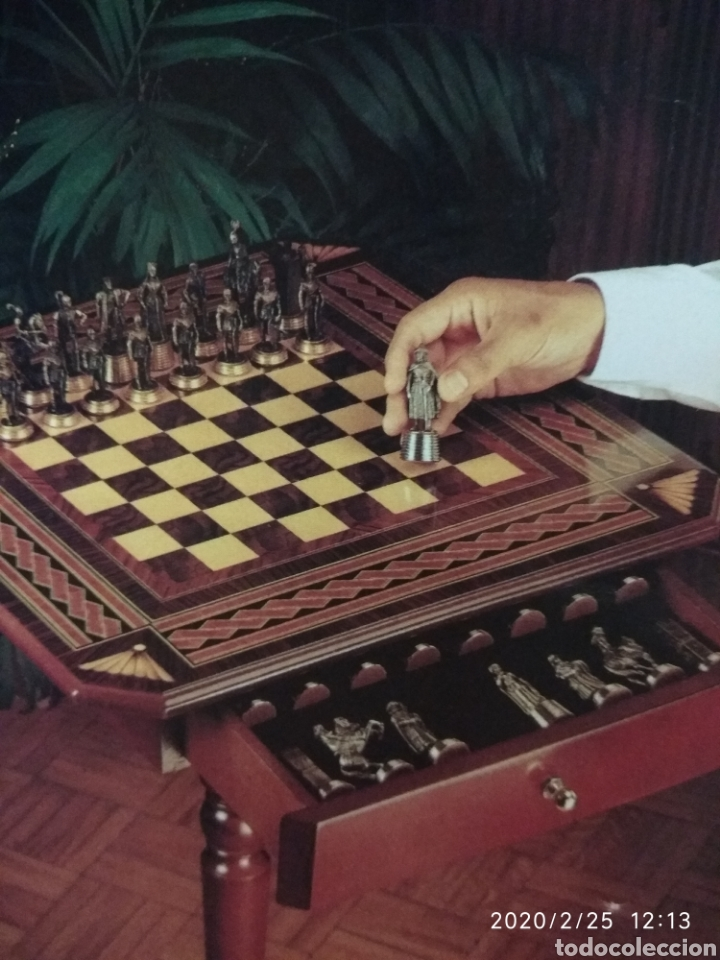 AJEDREZ, FIGURAS METÁLICAS Y MESA CON CAJONES Y TABLERO DE MADERA. (Juguetes - Juegos - Juegos de Mesa)