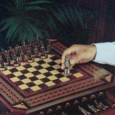 Juegos de mesa: AJEDREZ, FIGURAS METÁLICAS Y MESA CON CAJONES Y TABLERO DE MADERA.. Lote 195176243