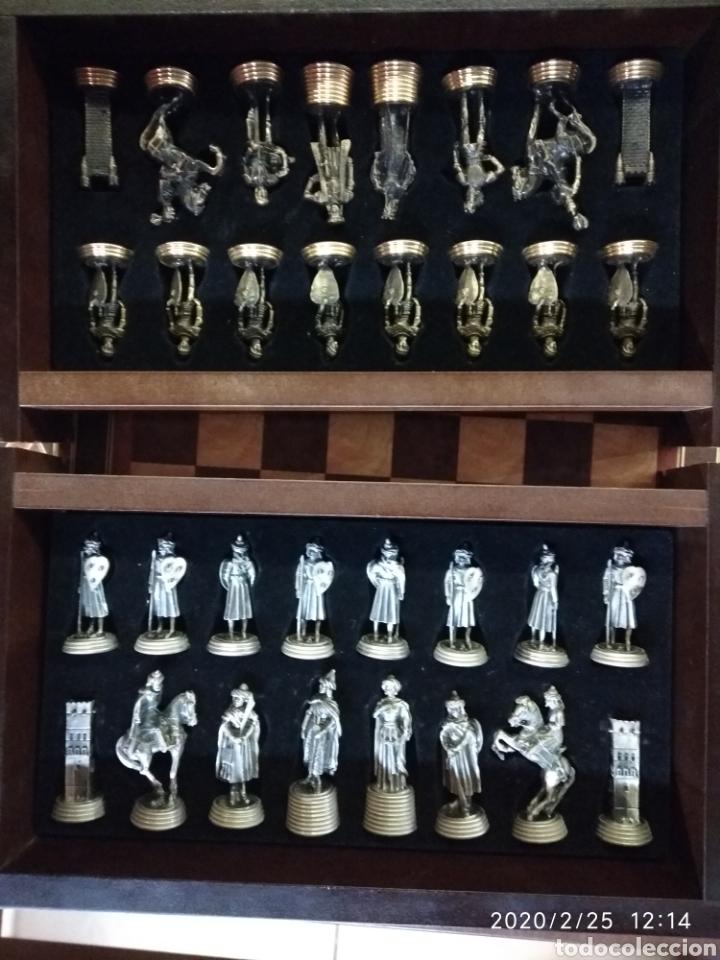 Juegos de mesa: Ajedrez, figuras metálicas y mesa con cajones y tablero de madera. - Foto 3 - 195176243
