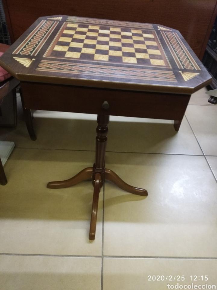 Juegos de mesa: Ajedrez, figuras metálicas y mesa con cajones y tablero de madera. - Foto 5 - 195176243