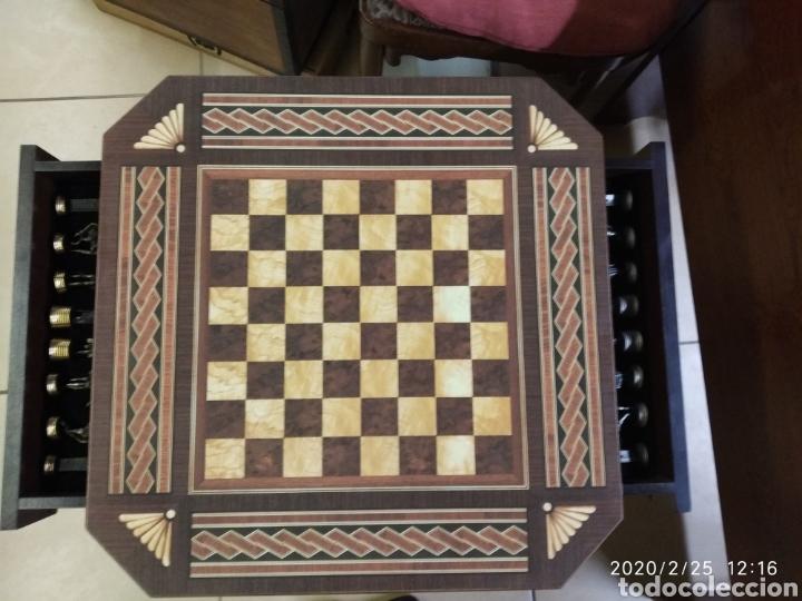Juegos de mesa: Ajedrez, figuras metálicas y mesa con cajones y tablero de madera. - Foto 6 - 195176243