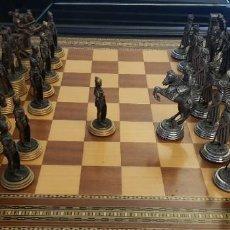 Juegos de mesa: AJEDREZ CON TABLERO DE MARQUETERÍA RECONQUISTA DE GRANADA PIEZAS CON BAÑO DE ORO Y PLATA. Lote 195481472