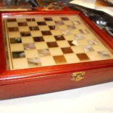 Juegos de mesa: JUEGO AJEDREZ COMPLETO, TABLERO CRISTAL Y CAJA DE MADERA 26X26X5 CM PIEZAS DE CRISTAL (BUEN ESTADO). Lote 201354621