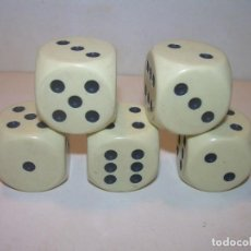 Juegos de mesa: CINCO DADOS COLOR MARFIL TAMAÑO BASTANTE GRANDE. Lote 205106386
