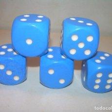 Juegos de mesa: CINCO DADOS COLOR AZUL TAMAÑO BASTANTE GRANDE. Lote 205108777