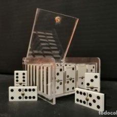 Juegos de mesa: CURIOSO JUEGO DE DOMINÓ EN ESTUCHE DE METRAQUILATO. Lote 205603648