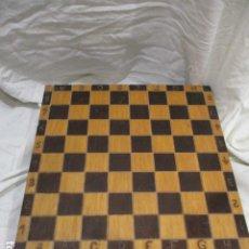 Juegos de mesa: PIEZAS DE AJEDREZ Y DAMA EN CAJA DE MADERA. Lote 207372701