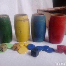Jogos de mesa: CUBILETES Y DADOS DE MADERA CON FICHAS PARA PARCHÍS, C. AÑOS 1960. Lote 233948155