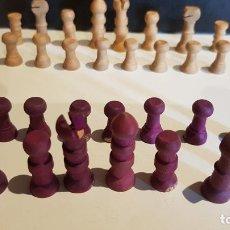 Juegos de mesa: ANTIGUAS FICHAS DE AJEDREZ EN MINIATURA TALLADAS EN MADERA / JUEGO COMPLETO / LEER.. Lote 219203928