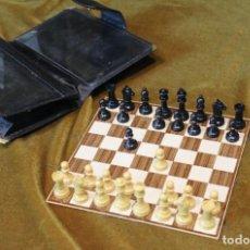 Jogos de mesa: ANTIGUO JUEGO DE AJEDREZ DE VIAJE EN CARTERA DE PIEL, 15 X 15 CM. Lote 222523502