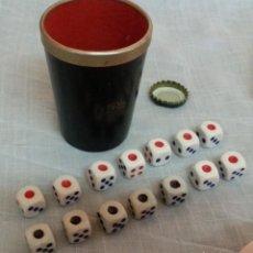 Juegos de mesa: CUBILETE Y 14 DADOS DE PÓKER. CONJUNTO. BUEN ESTADO.. Lote 222748705