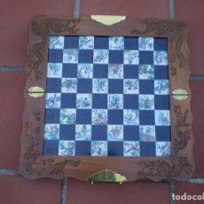 Juegos de mesa: PRECIOSO AJEDREZ ORIENTAL ANTIGUO EN MADERA TALLADA Y PIEZAS DE RESINA Y TABLERO CON AZULEJOS.. Lote 227872855