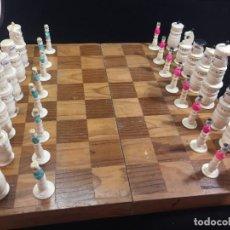 Juegos de mesa: JUEGO DE AJEDREZ EN HUESO TALLADO CON TABLERO ESTUCHE DE MADERA ANTIGUO. REY 12,5 CMS. MÉXICO. Lote 230160135
