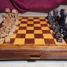 Juegos de mesa: RAREZA - ANTIGUO TABLERO DE AJEDREZ CON DOS CAJONES Y ORIGINALES PIEZAS DE MADERA TALLADA. Lote 237559250