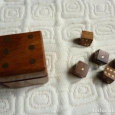 Juegos de mesa: JUEGO 5 DADOS DE MADERA EN CAJITA TAMBIÉN DE MADERA. Lote 244898080