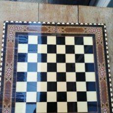 Juegos de mesa: TABLA AJEDREZ MADERA DE ROBLE, MARQUETERÍA AÑOS 70. Lote 256064230
