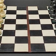 Juegos de mesa: ANTIGUO JUEGO DE AJEDREZ EN ESTUCHE DE POLIPIEL. TABLERO ABIERTO 28X28,5. CON CERRADURA, FALTA LLAVE. Lote 267639519