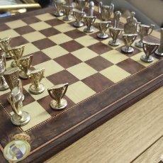 Juegos de mesa: AJEDREZ DEL REAL MADRID COMPLETO. TABLERO Y FICHAS.. Lote 268744589