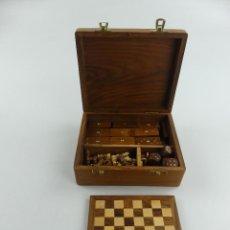Jogos de mesa: CAJA CON TABLA,FIGURAS DE AJEDREZ,FICHAS DE DOMINO Y DADOS HECHAS DE MADERA. Lote 285271643