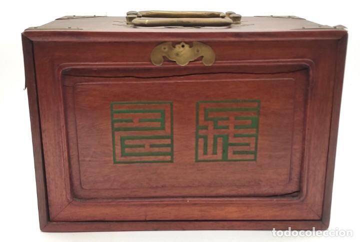 Juegos de mesa: Juego de mesa chino Mahjong, caja madera tallada con aplicaciones latón y fichas hueso y bambú. - Foto 2 - 287713138