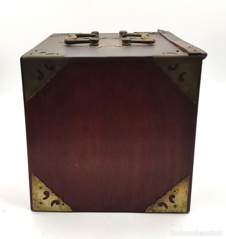 Juegos de mesa: Juego de mesa chino Mahjong, caja madera tallada con aplicaciones latón y fichas hueso y bambú. - Foto 5 - 287713138