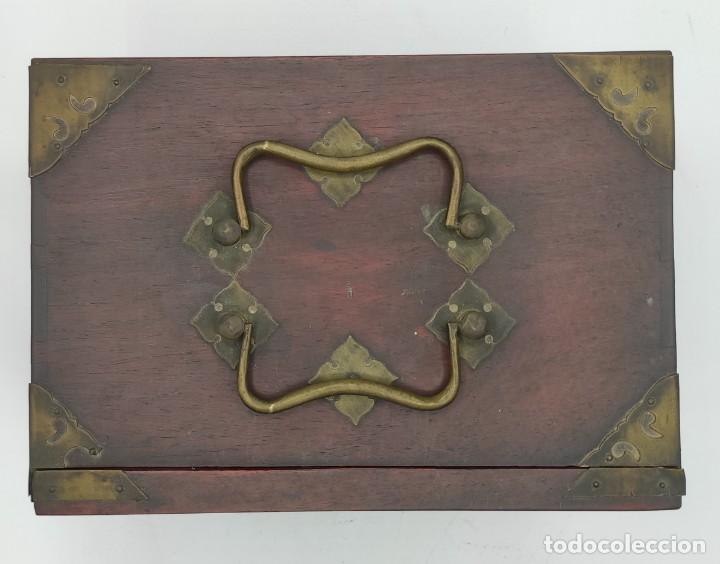 Juegos de mesa: Juego de mesa chino Mahjong, caja madera tallada con aplicaciones latón y fichas hueso y bambú. - Foto 6 - 287713138