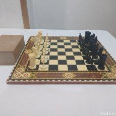 Juegos de mesa: IMPRESIONANTE AJEDREZ ANTIGUO FANTASÍA CON TABLERO DE MADERA DE MARQUETERÍA. Lote 290098968