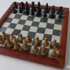 Juegos de mesa: JUEGO DE AJEDREZ DE LOS AÑOS 50 - COMPLETO- TABLERO ENMARCADO Y DE CRISTAL - 1950. Lote 296764029