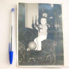 Juguetes antiguos: FOTOGRAFÍA DE NIÑO CON UN BALÓN Y AVIÓN DE JUGUETE.. Lote 58619858
