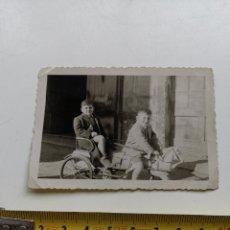 Juguetes antiguos: FOTOGRAFÍA DE DOS NIÑOS CON CARROZA DE JUGUETE. 1950'S 1960S. Lote 201209521