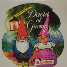 Juguetes antiguos: DAVID EL GNOMO Y LISA PEGATINA TROQUELADA GRANDE DE TIENDA. Lote 269962248