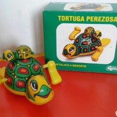 Juguetes antiguos Gozán: TORTUGA PEREZOSA A CUERDA RESORTE (15 CM).CHAPA Y PLÁSTICO.GOZAN 80S.NUEVA EN CAJA.. Lote 195359485