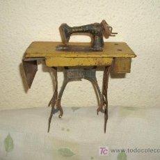 Juguetes antiguos de hojalata: MÁQUINA DE COSER DE HOJALATA,SINGER,DE RICO,AÑOS 30 Ó 40. Lote 23834459