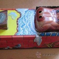Juguetes antiguos de hojalata: HUCHA HOJALATA HIPPO BANCO. Lote 37971465