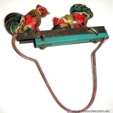 Juguetes antiguos de hojalata: JUGUETE ORIGINAL ANTIGUO, GALLITOS TODO EN CHAPA. Lote 54575726