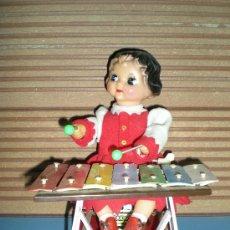Juguetes antiguos de hojalata: MUÑECA HEIDI DE HOJALATA TOCANDO EL XILOFONO A RESORTE DE CUERDA FUNCIONA PERFECTA AÑOS 60 AUTOMATA. Lote 28637051