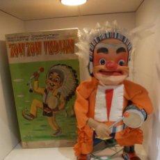 Juguetes antiguos de hojalata: TOM TOM INDIAN-JUGUETE JAPONES-CONTROL REMOTO-FABRICANTE FRANKONIA-CON CAJA ORIGINAL FUNCIONANDO. Lote 47402453