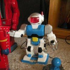 Juguetes antiguos de hojalata: ROBOT GALAXY SPACE TOY CON MANDO, PLASTICO, CAMINA.. Lote 47456080