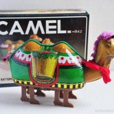 Juguetes antiguos de hojalata: CAMELLO DE HOJALATA FUNCIONA A PILAS ME 842 EN CAJA CAMEL. Lote 60668223